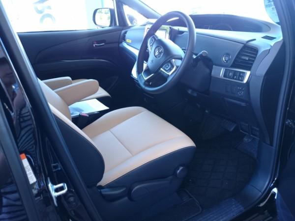 新型エスティマの運転席