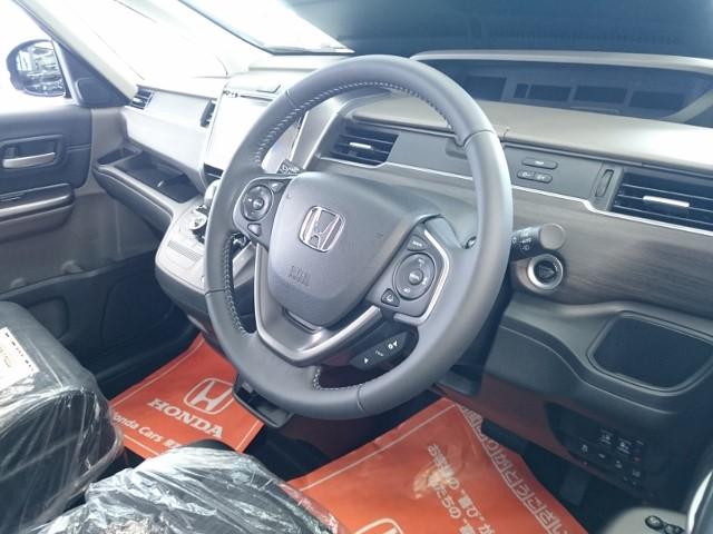 新型フリードの運転席