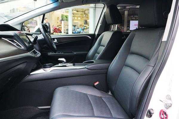 ジェイドの運転席画像