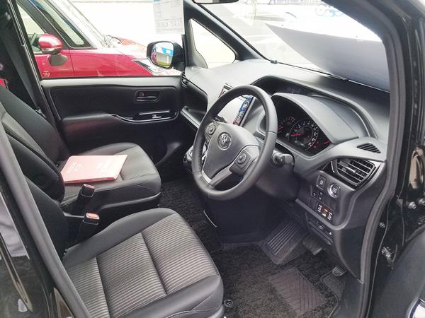 2017新型ヴォクシーの運転席